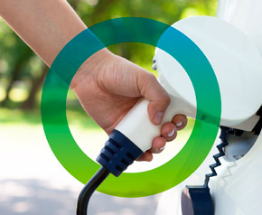 Someone refuels an electric car, this action is surrounded by a circle in fors colours. This shows that fors is offering consulting in sustainability in the mobility sector.